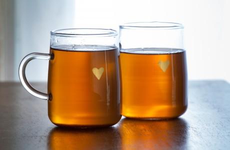 ספלי זכוכית עם ידית ולב זהב